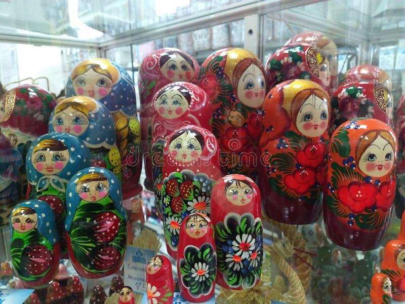 在销售中的俄国玩偶在商店窗口里 免版税图库摄影