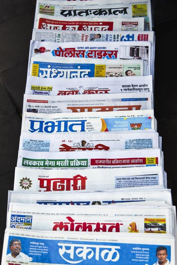 在销售中的各种各样的报纸在街道,马哈拉施特拉,印度上 免版税库存图片
