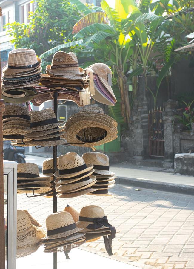在销售中的各种各样的草帽 帽子街边小贩在巴厘岛 免版税库存图片