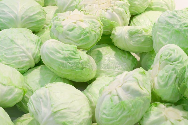 在销售中的嫩卷心菜堆在超级市场 免版税库存图片