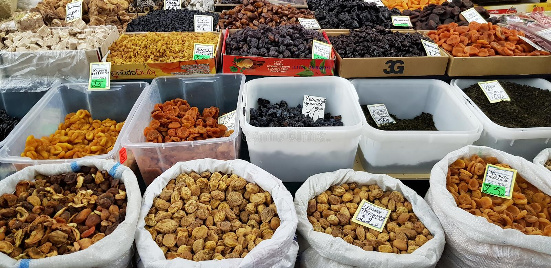 在销售中的干果子在市场上 库存照片