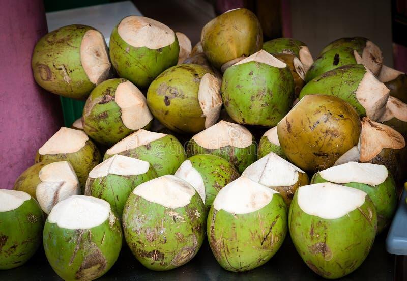 在销售中的椰子的它的熄灭水的干渴 库存照片