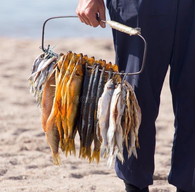 在销售中的熏制的鱼 图库摄影