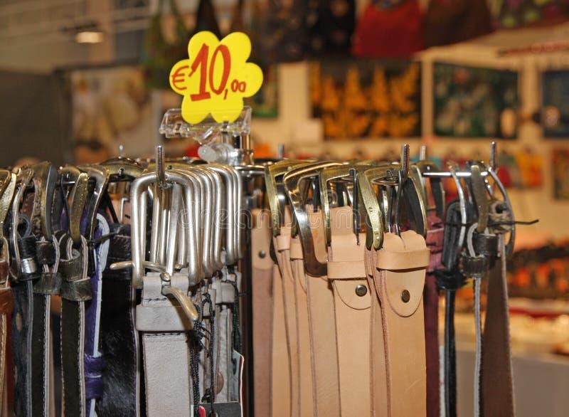 在销售中的皮带在立场的地方市场上 库存图片