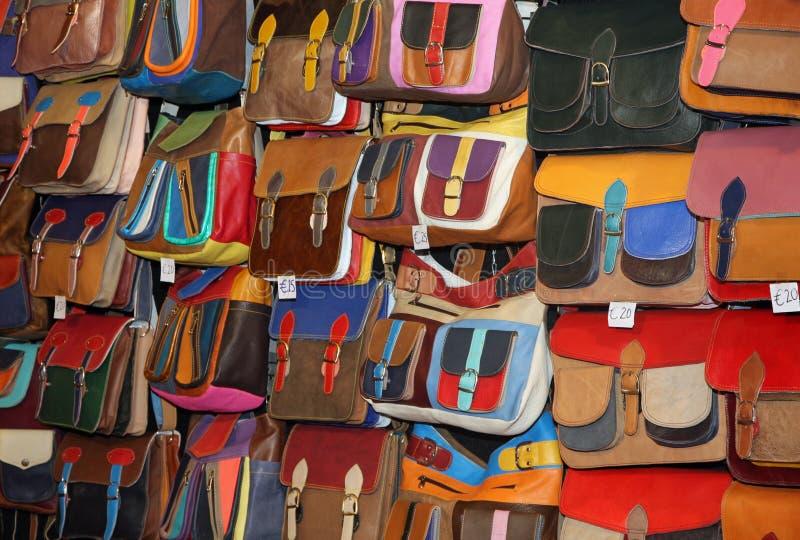 在销售中的皮革提包 免版税图库摄影