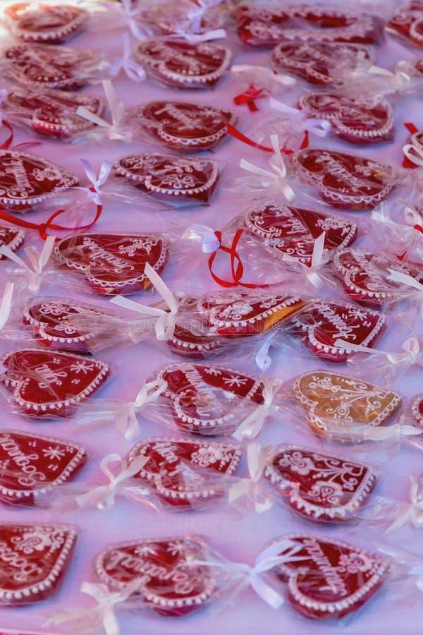 在销售中的红色姜饼心脏在市场上 库存图片
