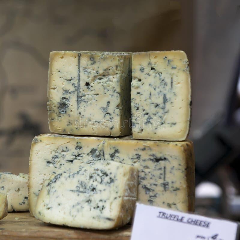 在销售中的蓝色Stilton乳酪在Tynemouth驻地市场,北泰因赛德,英国,英国上 免版税图库摄影