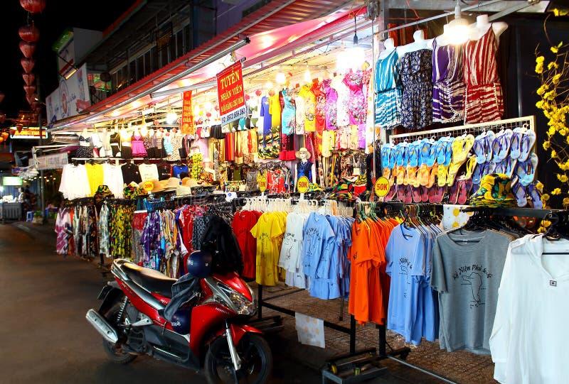在销售中的T恤杉在Duong东夜市上 库存照片