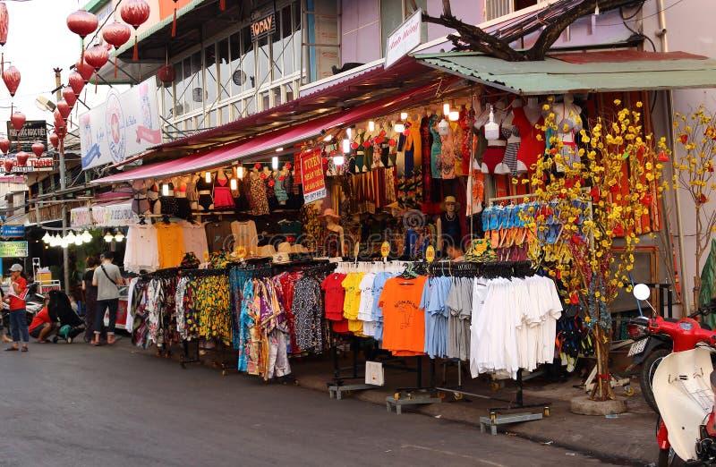 在销售中的T恤杉在Duong东夜市上 免版税库存图片