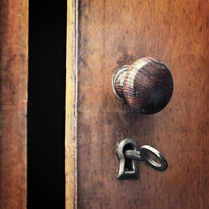 在锁的一把老铁钥匙 免版税库存照片