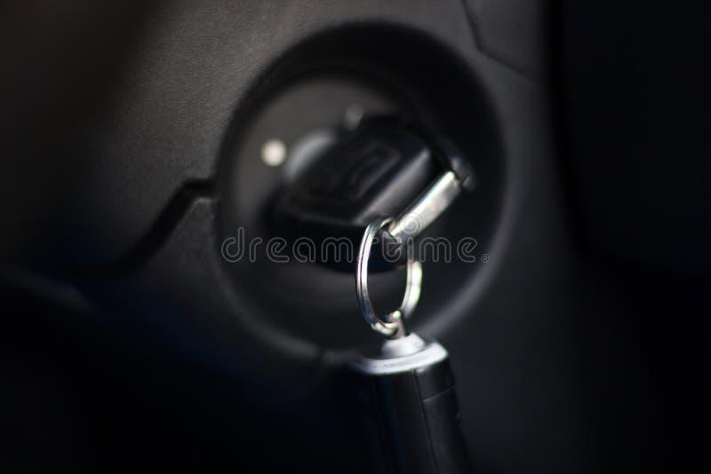 在锁的老点火开关在位置上 开始概念的汽车引擎 r 库存照片