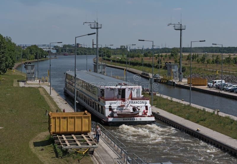 在锁的离开船在法兰克福,德国西部的主要 免版税库存照片
