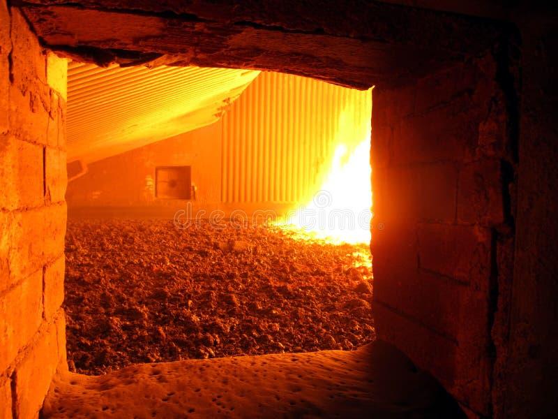 在锅炉熔炉花格的火 免版税库存照片