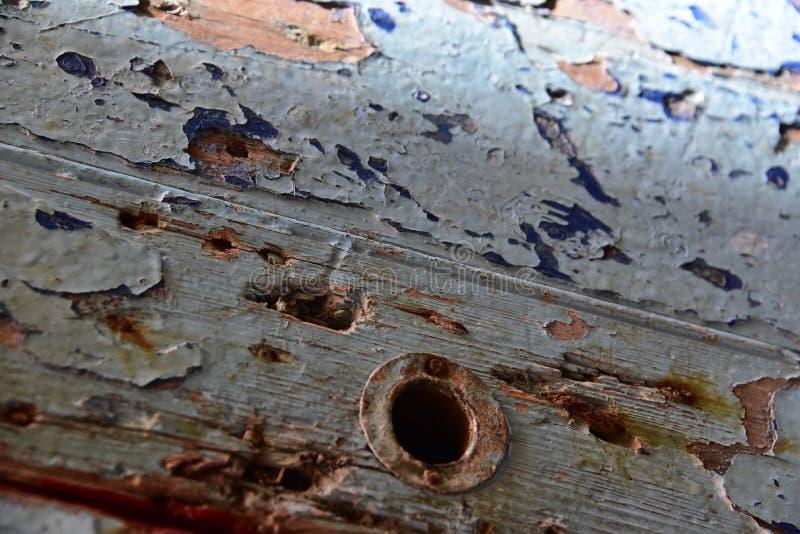 在错过它的把柄的门的蓝色剥落的油漆 免版税库存照片