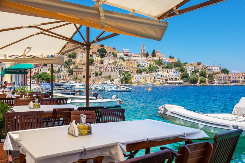 在锡米岛海岛上的咖啡馆 希腊 免版税库存图片