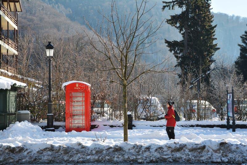 在锡纳亚山区度假村街道上的冬天季节  免版税库存图片