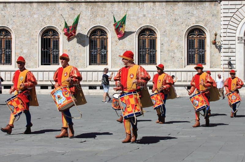 在锡耶纳期间,Palio音乐家游行 免版税库存照片