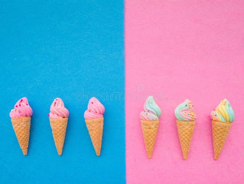 在锥体五颜六色的集合的冰淇淋在蓝色和桃红色背景 免版税库存图片