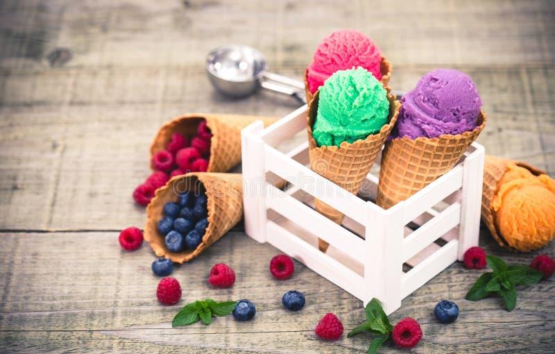 在锥体的各种各样的自创果子冰淇凌 图库摄影