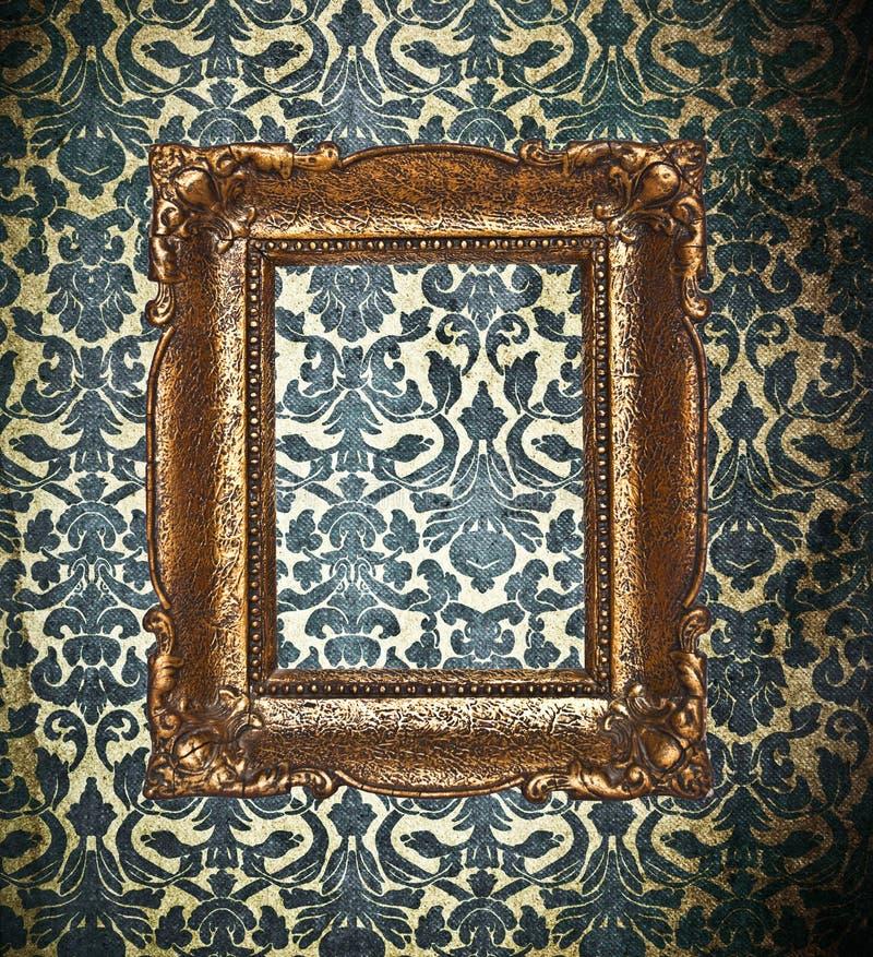 在锦缎墙纸的装饰金框架 免版税库存图片
