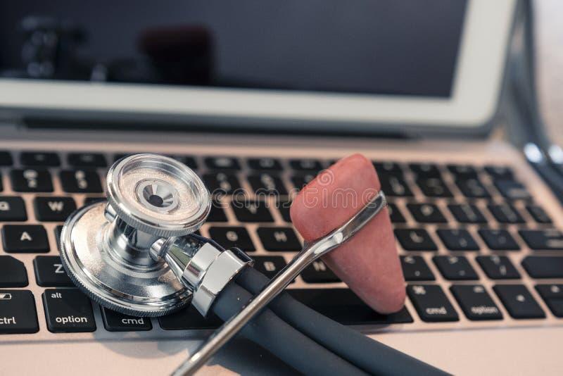 在键盘工作台面和准备好待用资料输入的听诊器反射锤子 免版税库存图片