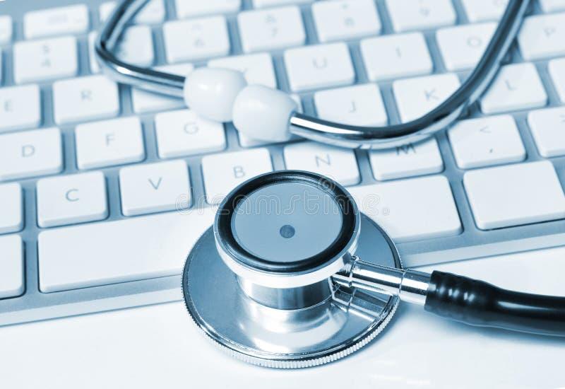 在键盘的听诊器 库存照片