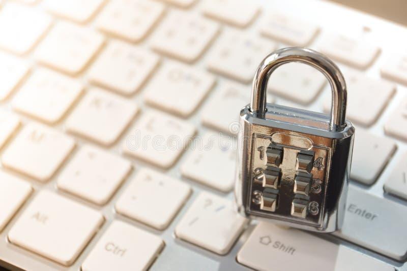 在键盘的安全锁 免版税库存图片