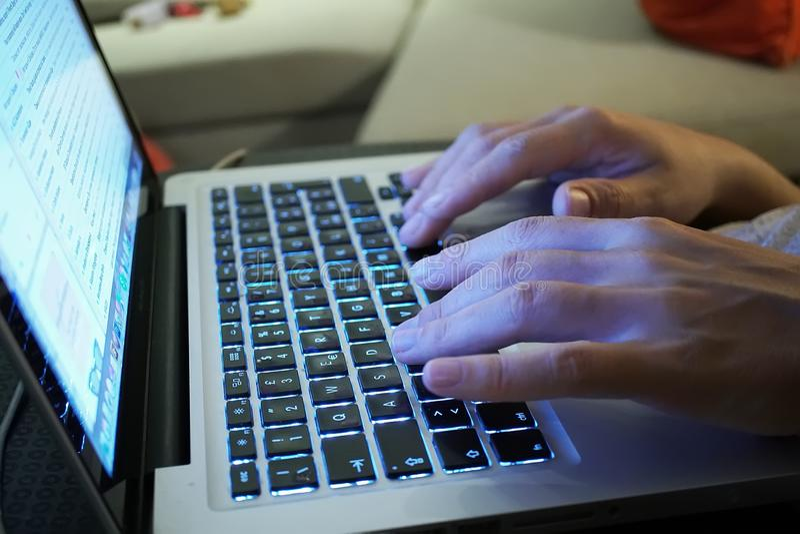 在键盘的手 图库摄影