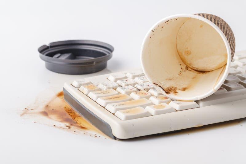 在键盘的溢出的咖啡 免版税库存照片