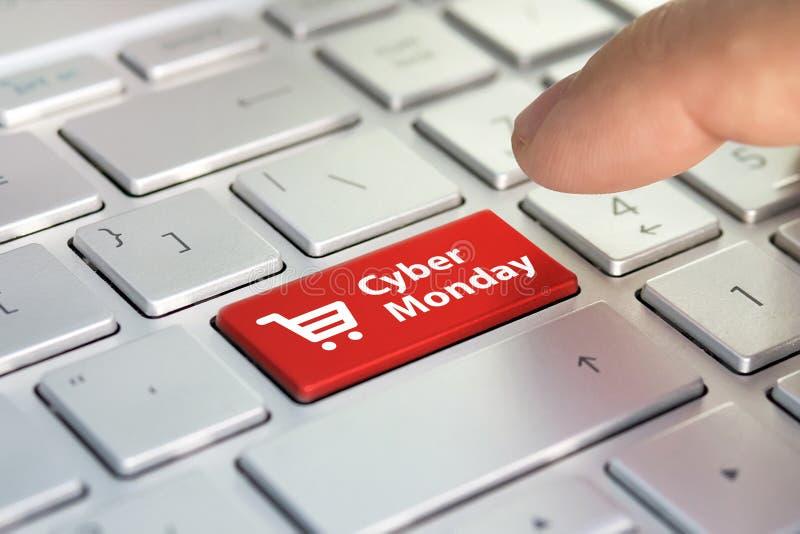 在键盘的网络星期一 购物输入在键盘的按钮钥匙 上色在现代ultrabook灰色银色键盘的按钮  加州 库存照片