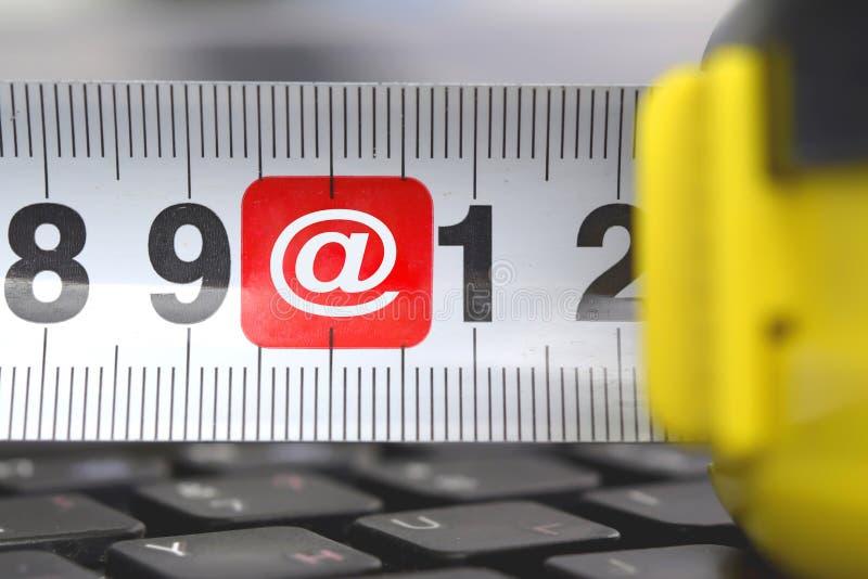 在键盘的轮盘赌有标志电子邮件的 电子商务的概念 库存图片