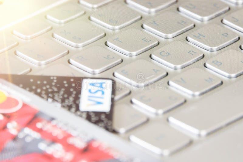 在键盘的银行信用卡 免版税图库摄影