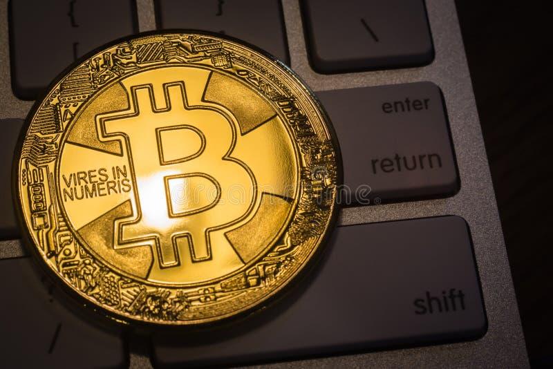 在键盘的Cryptocurrency金子Bitcoin 库存图片
