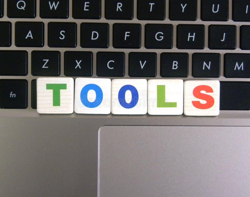 在键盘背景的词工具 免版税库存照片