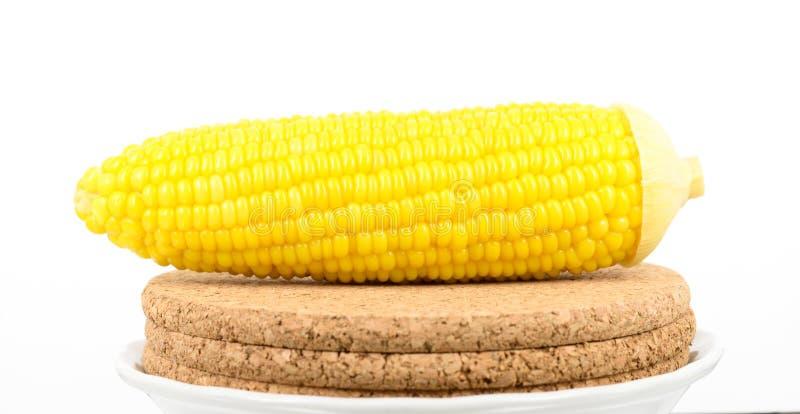 在锯木屑板的玉米 库存照片