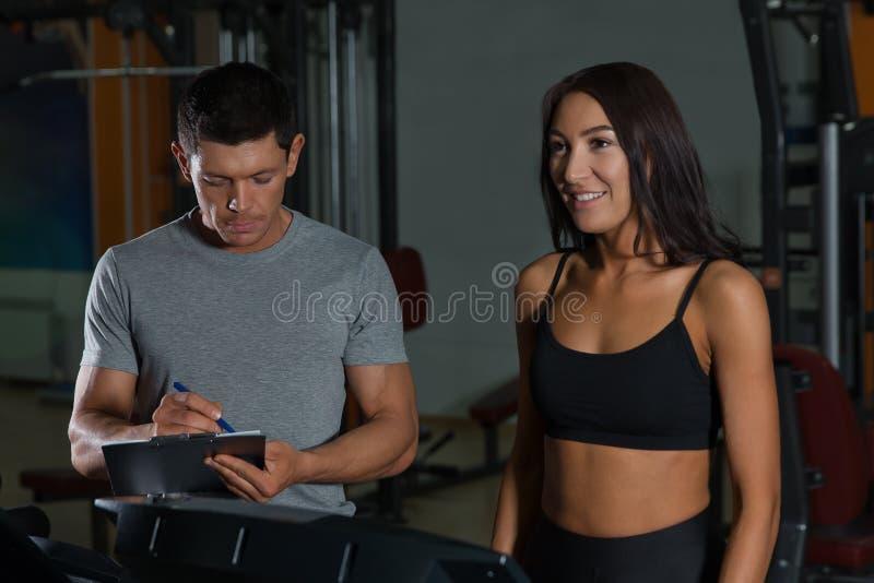 在锻炼的体育夫妇在健身俱乐部 免版税库存图片