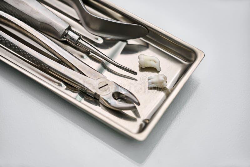 在镀铬物医疗盘子的牙齿仪器 免版税库存照片