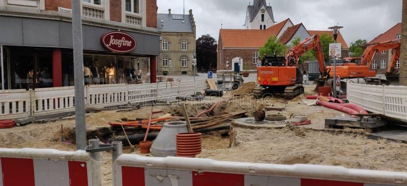 在镇中心的下水道更新在Varde,丹麦 免版税库存图片