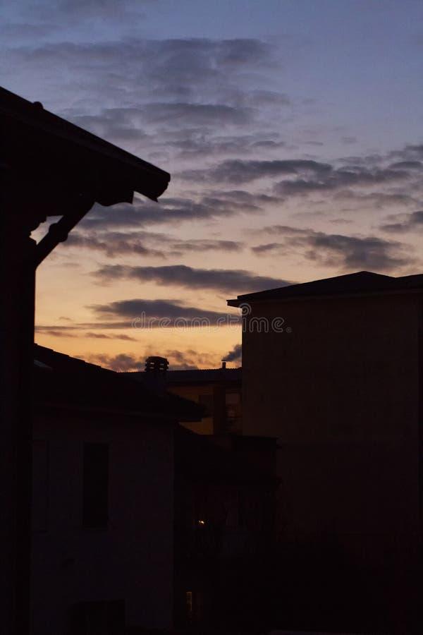 在镇剪影的日落光 图库摄影
