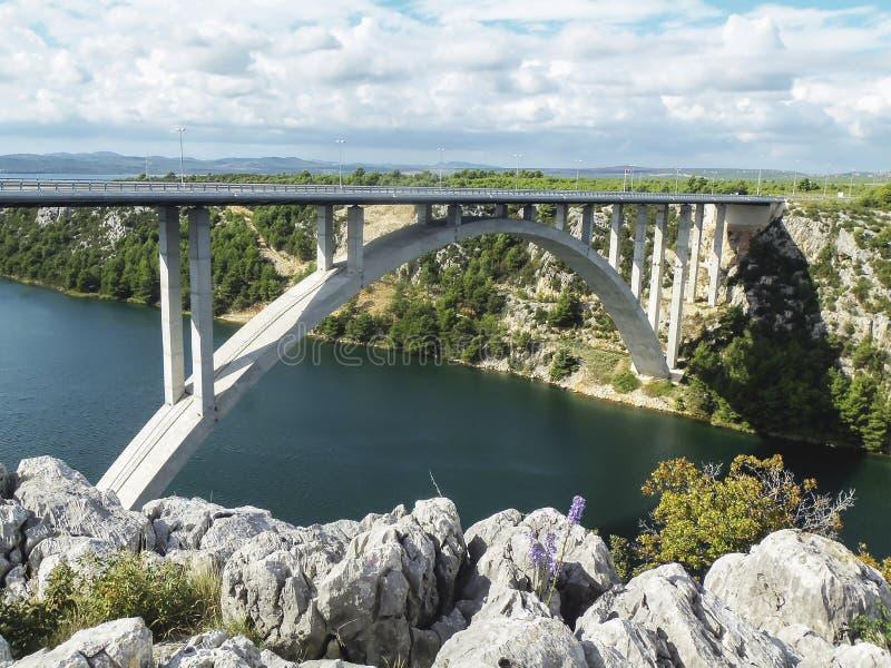 在镇斯克拉丁附近的一座高速公路桥梁Krka在克罗地亚 库存图片
