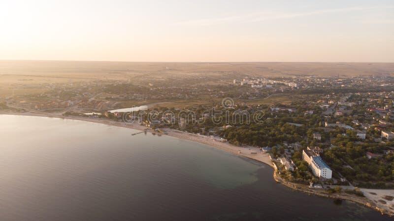 在镇的美好的鸟瞰图在海岸日出附近 库存照片