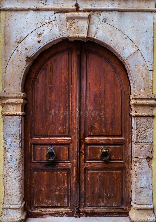 在镇的老部分-威尼斯式样式的老木门 库存照片