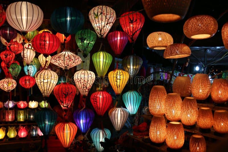 在镇街道,会安市,越南上的纸灯 库存照片