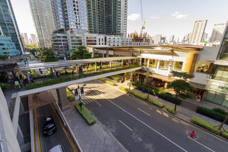 在镇购物中心的一座天桥走的1月20,2018人,达义市市 库存照片