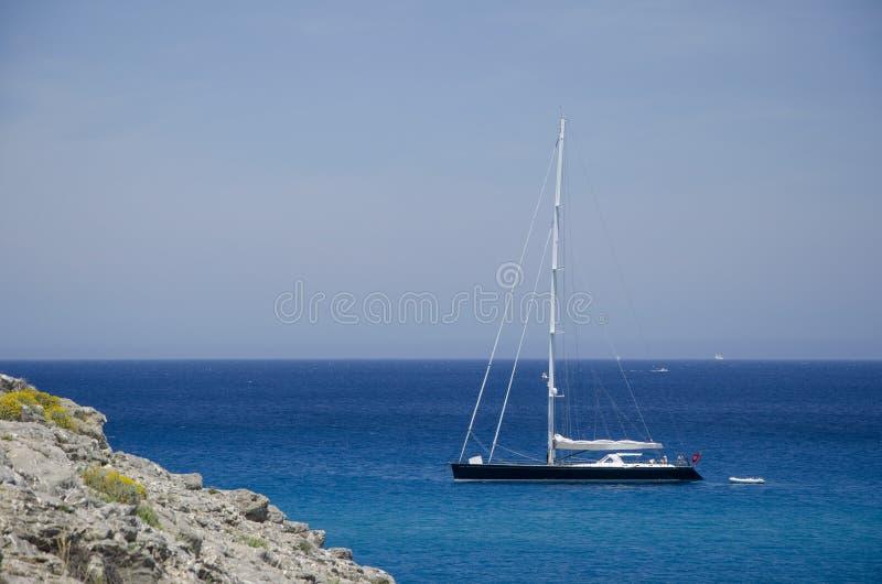 在镇静和透明的水域中停泊的风船 马略卡,巴利阿里群岛,西班牙 ?? 库存照片