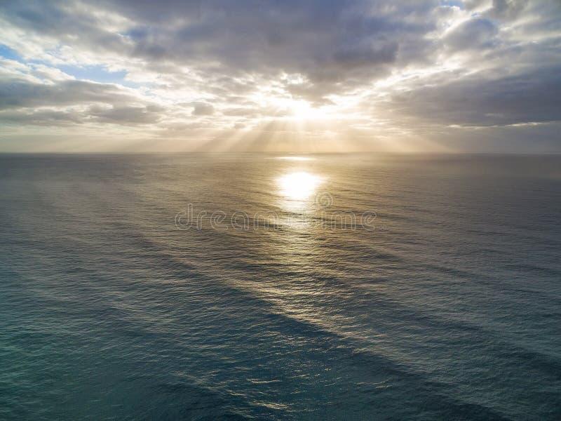 在镇静海洋水的日出 库存图片