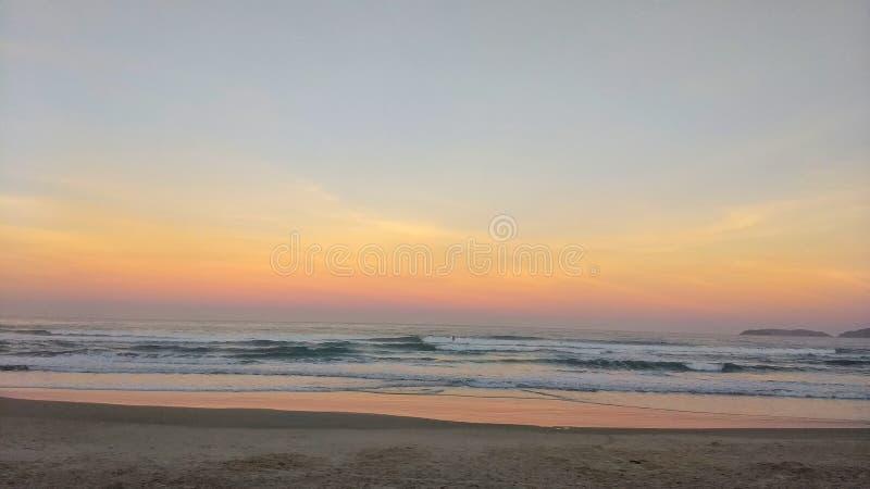 在镇静海滩的日落 库存照片