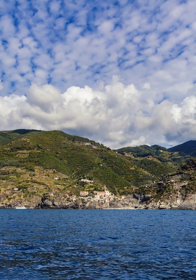 在镇韦尔纳扎的看法利古里亚海的五乡地的在意大利 免版税库存图片