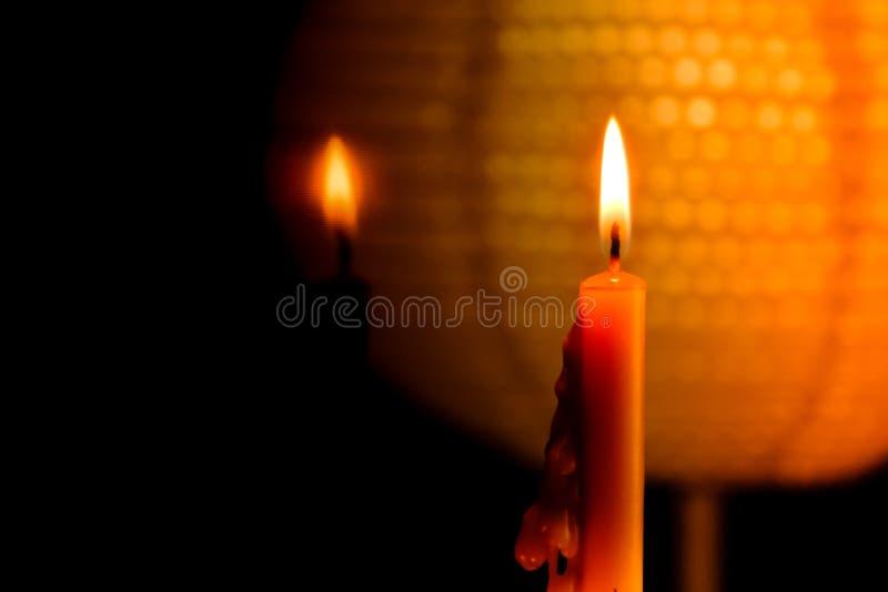 在镜子的夜和反射作用的烛光焰光有抽象黑色和灯笼背景 免版税库存图片