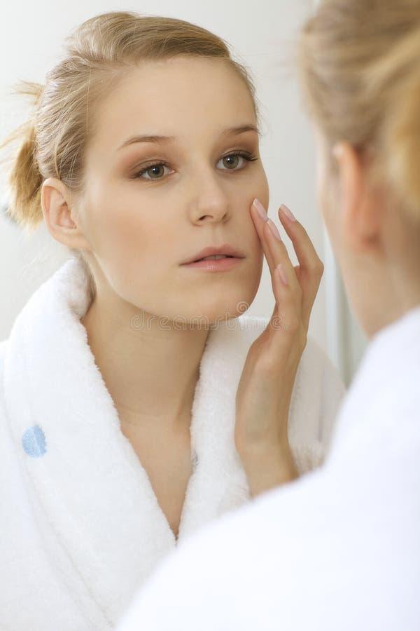 在镜子的妇女reflaction 免版税库存照片